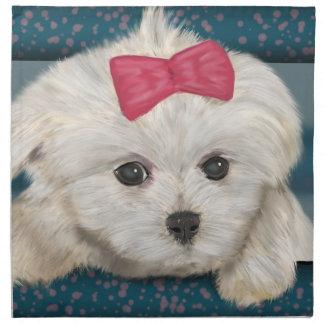 Perro maltés lindo con la piel de la nata y la servilletas