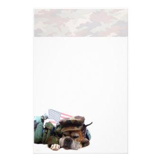 Perro militar del boxeador inmóvil  papeleria de diseño