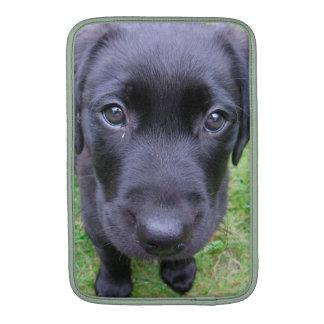 Perro negro de Labrador en hierba Funda Macbook Air