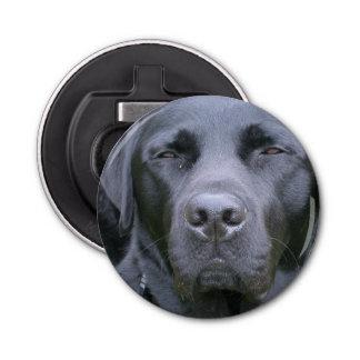 Perro negro del laboratorio abrebotellas redondo