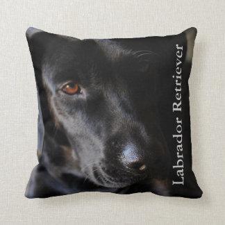 Perro negro del laboratorio cojin