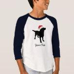 Perro negro del laboratorio con el gorra de Santa Playera