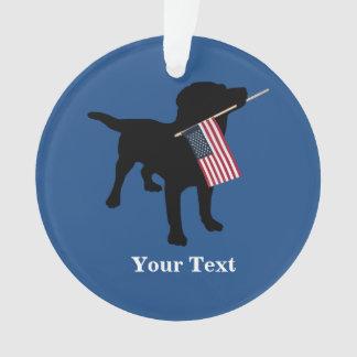 Perro negro del laboratorio con la bandera