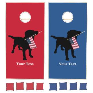 Perro negro del laboratorio con la bandera juego de cornhole