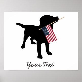 Perro negro del laboratorio con la bandera póster