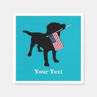 Perro negro del laboratorio con la bandera servilletas de papel