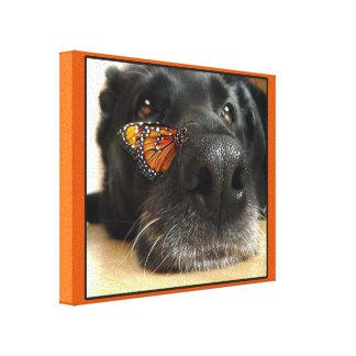 Perro negro del laboratorio con la mariposa impresión en tela