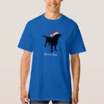 Perro negro del laboratorio que lleva el gorra del playera