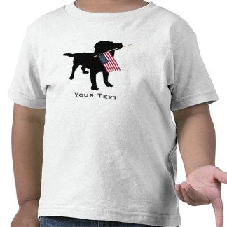 Perro negro del laboratorio que sostiene la camiseta