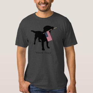 Perro negro del laboratorio que sostiene la playera