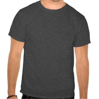 Perro negro del laboratorio que sostiene la camisetas