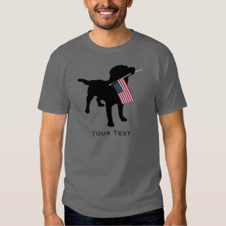 Perro negro del laboratorio que sostiene la poleras