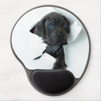 Perro negro del mastín napolitano que rasga a alfombrillas de raton con gel