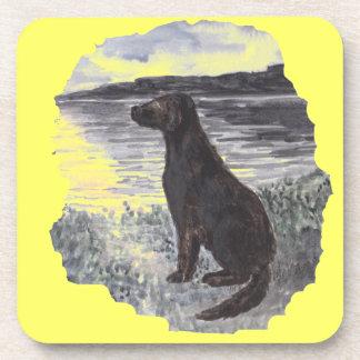 Perro negro del perro perdiguero posavasos de bebida