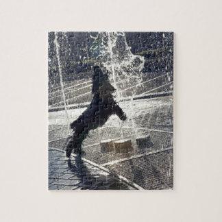 Perro negro que salta a través de la fuente en ori rompecabeza