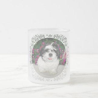 Perro negro y blanco del rescate del perrito de taza de café esmerilada
