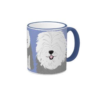 Perro pastor inglés viejo (con los ojos cubiertos) taza de dos colores