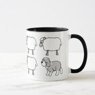 Perro pastor inglés viejo que reúne la taza de las
