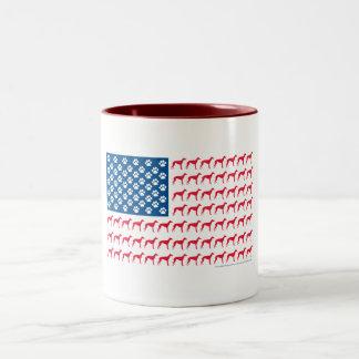 Perro patriótico del galgo taza de dos tonos
