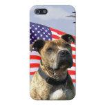 Perro patriótico del pitbull iPhone 5 funda
