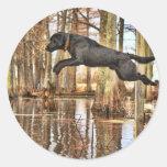 Perro perdiguero negro de salto etiquetas redondas