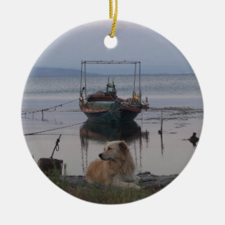Perro perdiguero por el mar adorno redondo de cerámica