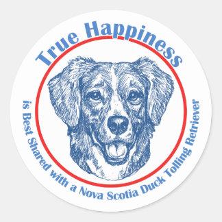 Perro perdiguero tocante de la felicidad del pato etiqueta redonda