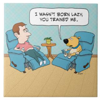Perro perezoso divertido en silla azulejo cuadrado grande