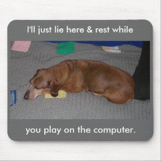 Perro perezoso mouse pads