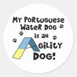 Perro portugués de la agilidad del perro de agua pegatina redonda