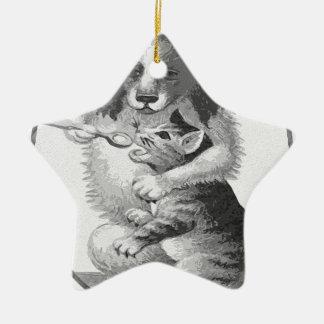 Perro que alimenta un gato adorno de cerámica en forma de estrella