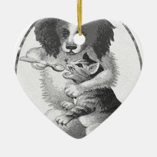 Perro que alimenta un gato adorno de cerámica en forma de corazón