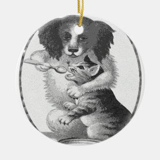 Perro que alimenta un gato adorno redondo de cerámica