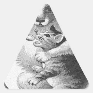 Perro que alimenta un gato pegatina triangular