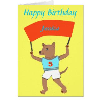 Perro que detiene nombre de los childs, cumpleaños tarjeta de felicitación