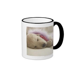 Perro que duerme en cama tazas de café