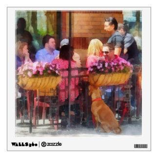 Perro que espera en el café Hoboken NJ