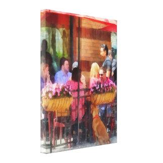 Perro que espera en el café Hoboken NJ Impresión En Lienzo Estirada