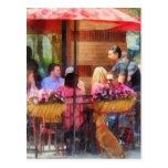 Perro que espera en el café Hoboken NJ Postales