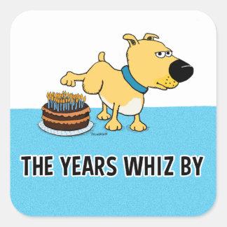 Perro que hace pis en la torta de cumpleaños: Años Pegatina Cuadrada