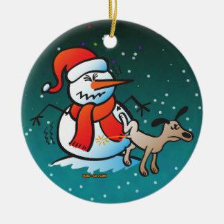¡Perro que hace pis en un muñeco de nieve! Adorno Redondo De Cerámica