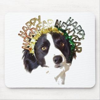 Perro que lleva los gorras de la Feliz Año Nuevo Alfombrilla De Ratón
