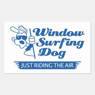 Perro que practica surf 2 de la ventana pegatina rectangular