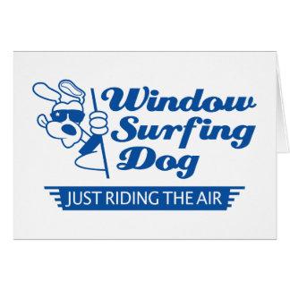 Perro que practica surf 2 de la ventana tarjeta de felicitación