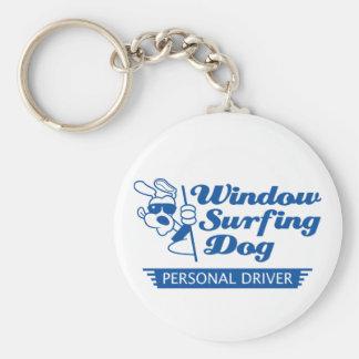 Perro que practica surf de la ventana llavero redondo tipo pin