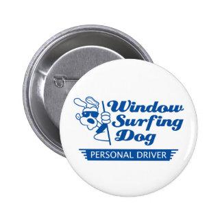 Perro que practica surf de la ventana pin redondo de 2 pulgadas