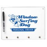 Perro que practica surf de la ventana tableros blancos