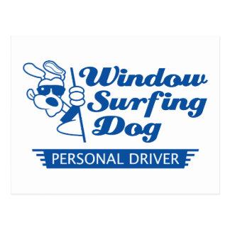 Perro que practica surf de la ventana postal