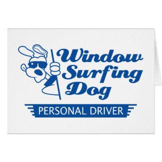 Perro que practica surf de la ventana tarjeta de felicitación