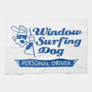 Perro que practica surf de la ventana toallas de cocina